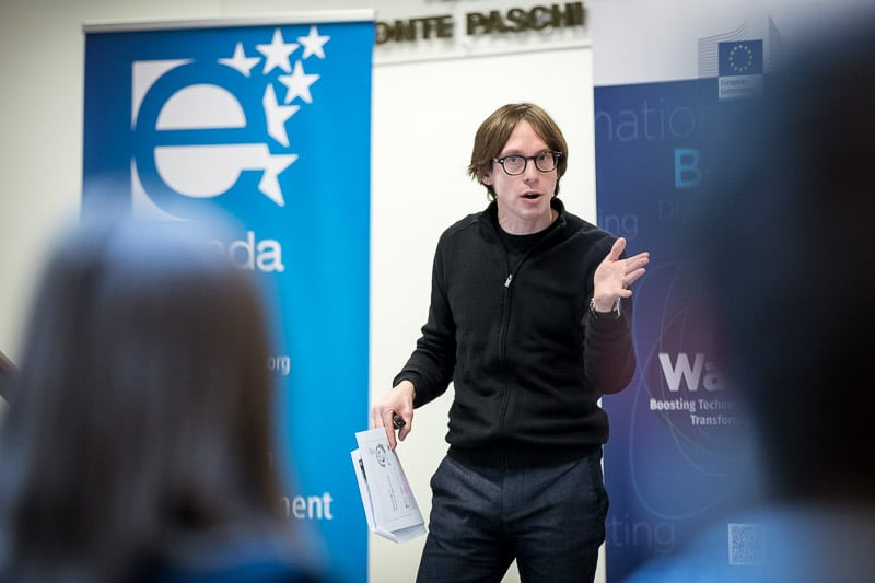 Photography assignment for EURADA - Photo of a speaker making a gesture with his hands while addressing the audience - Photography by Dani Oshi in Brussels
