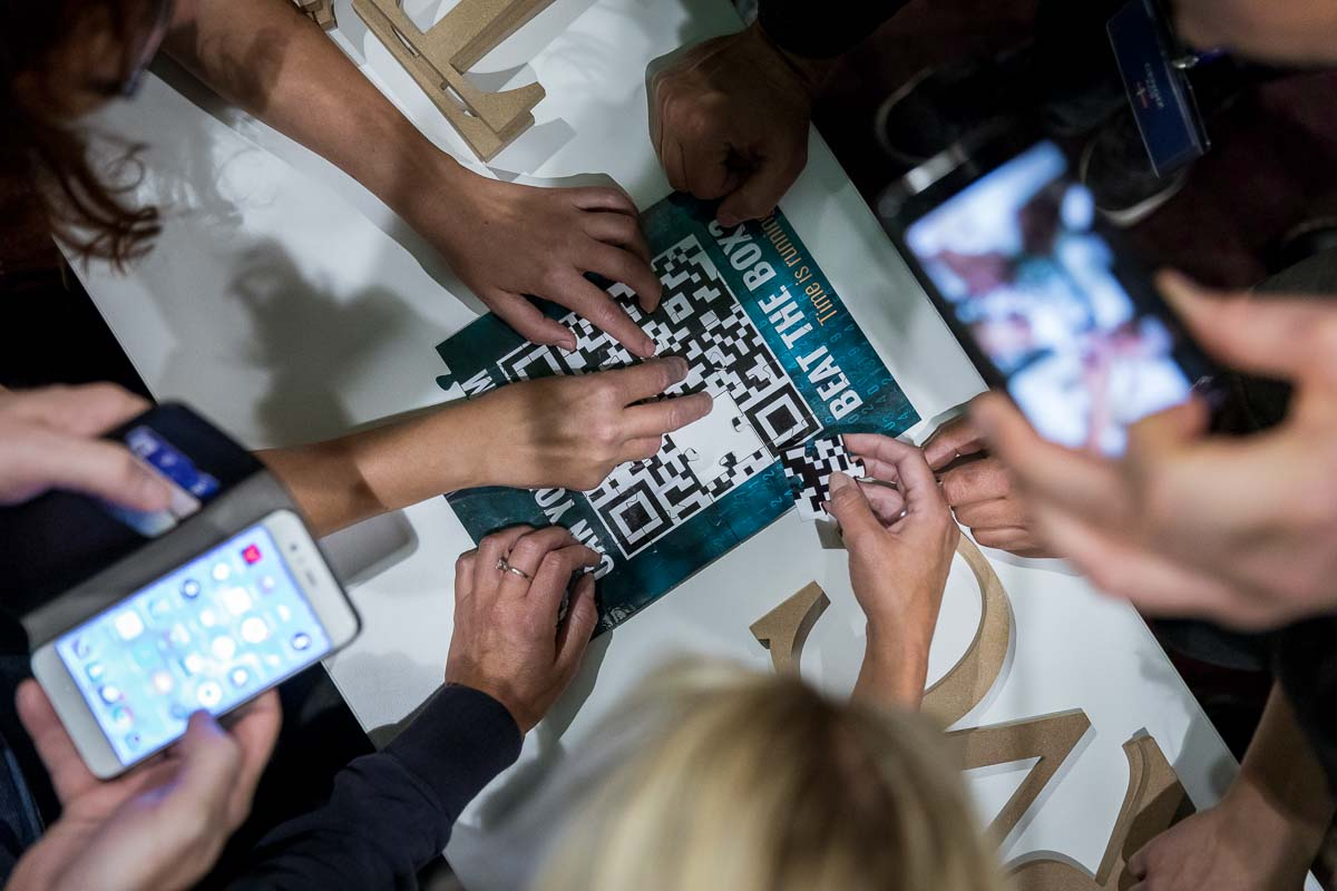 Some hands making a puzzle during the JS World Media conference in Brussels