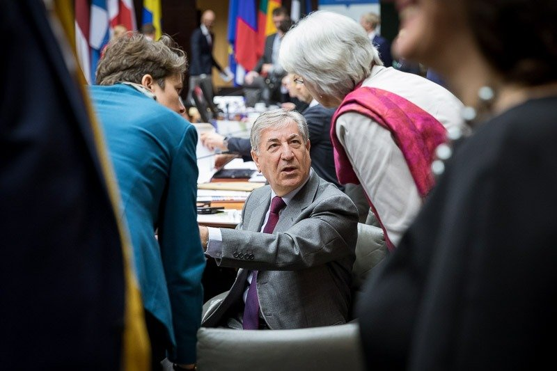 Karmenu Vella speaks to some of the guests during the 2018 HELCOM Conference in Brussels