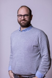 Corporate Portrait of a man wearing a gray pullover for ECOS in Brussels